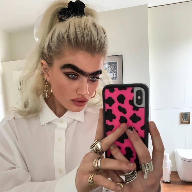 Modelo famosa por sua 'monocelha', Sophia Hadjipanteli afirma receber ameaças de morte nas redes sociais