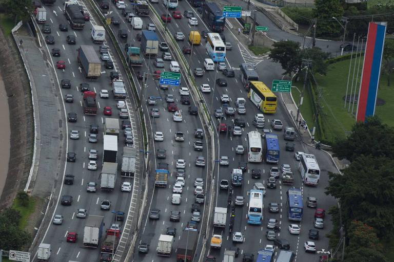 Trânsito na marginal Tietê em dia de tempestade na Grande São Paulo, em março