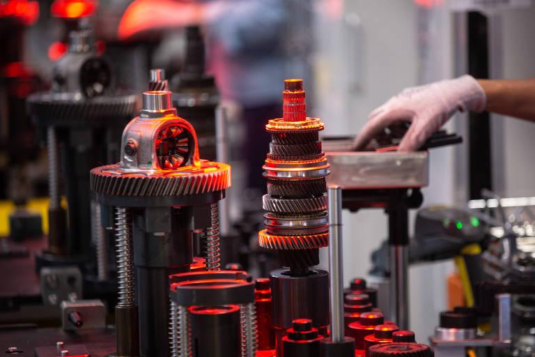 Linha de produção de motores em fabrica da Ford em Taubaté, no interior paulista