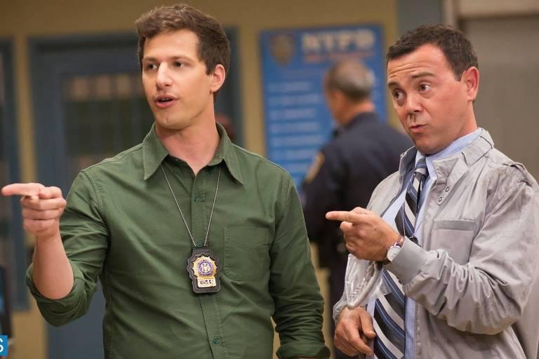"""Atores Andy Samberg (esq.) e Joe Lo Truglio em cena da série """"Brooklyn Nine-Nine"""""""