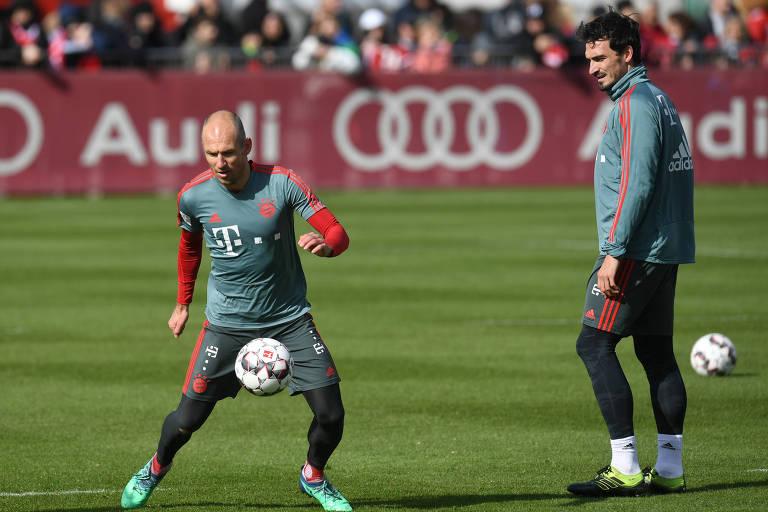 O atacante Arjen Robben (à esq.) e o zagueiro Mats Hummels do Bayern de Munique durante treino da equipe