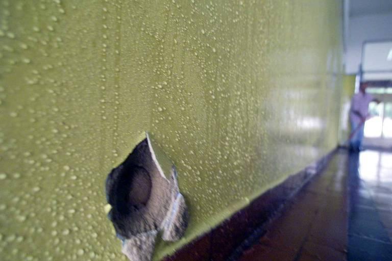 Marca de tiro em parede da escola estadual Coronel Benedito Ortiz, em Taiúva, interior de São Paulo