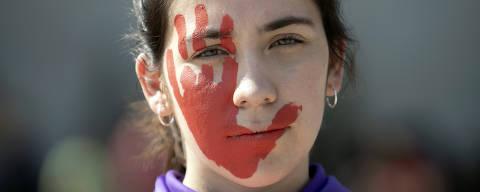 (190202) -- CIUDAD DE MEXICO, febrero 2, 2019 (Xinhua) -- Una mujer participa durante una manifestación en la Ciudad de México, capital de México, el 2 de febrero de 2019. De acuerdo con información de la prensa local, integrantes de diversos colectivos feministas, así como personas de la socidad civil, participaron en una marcha que culminó en el Zólcalo capitalino, a manera de protesta en contra de el aumento en los casos de intento de secuetros en el Metro, así como de los feminicidios y otras formas de violencia contra las mujeres en la capital del país, y en demanda de mayor seguridad en el transporte público. (Xinhua/Alejandro Ayala) (aa) (da)