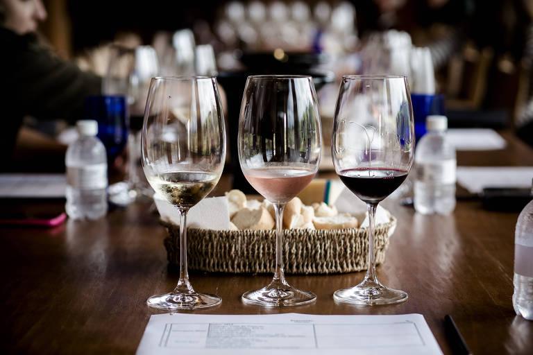 Taças com vinho