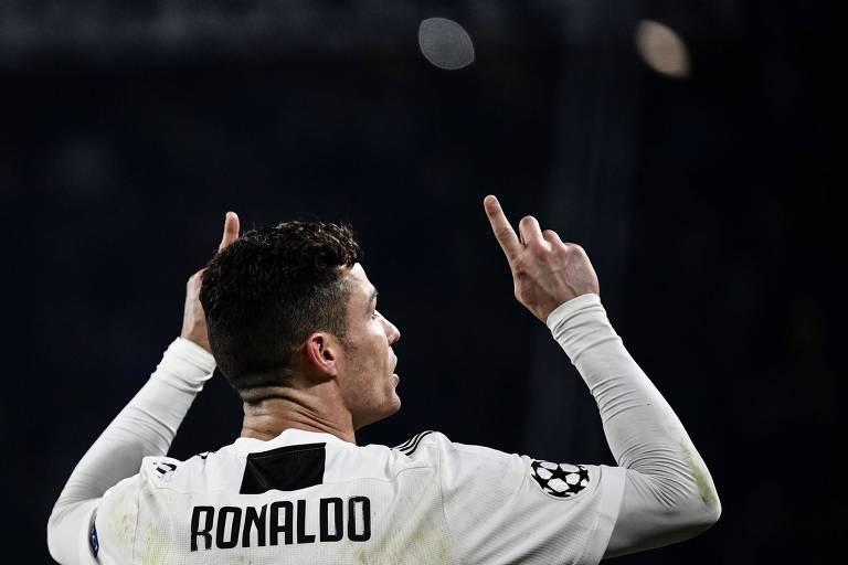 Cistiano Ronaldo comemora gol contra o Atletico de Madri pela Champions League apontando para o céu.