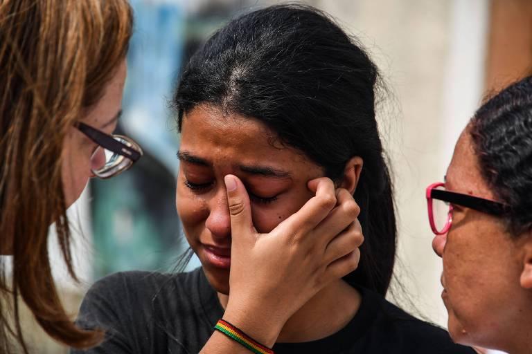 Aluna chora após o ataque a tiros em escola em Suzano, em São Paulo