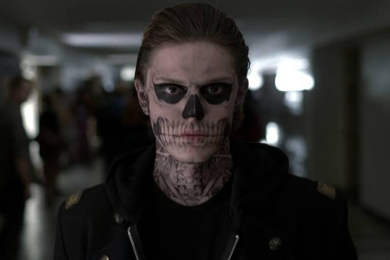 """Caracterização do personagem Tate Langdon (Evan Peters), da série """"American Horror Story"""", inspirado nos atiradores do massacre da escola secundária Columbine, no Colorado (EUA)"""