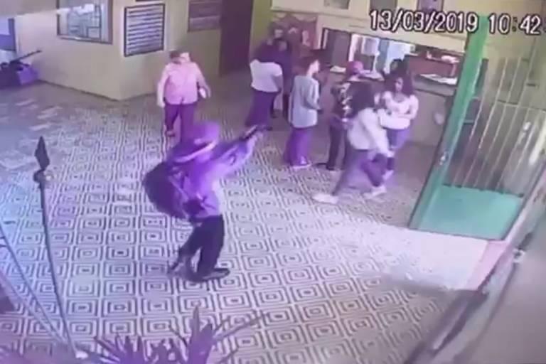 Imagem de câmera de segurança mostra atirador mirando alunos e professora
