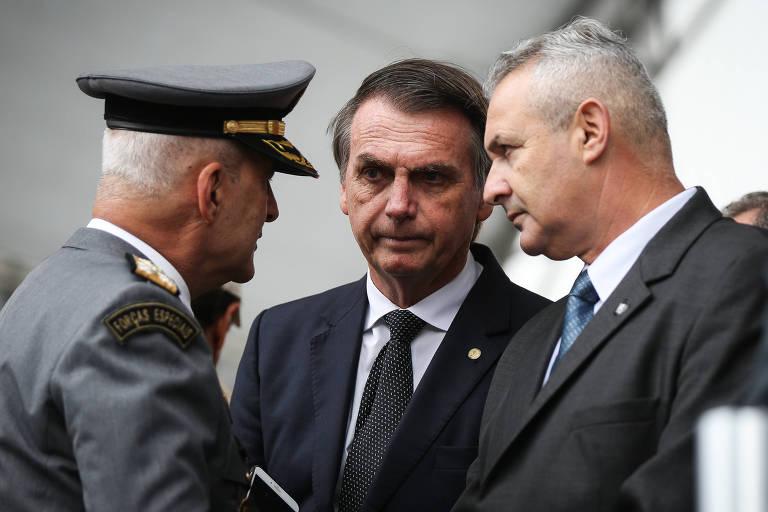 Coronel Telhada (dir.) aparece ao lado do então presidenciável Jair Bolsonaro em evento de PMs no Anhembi, em São Paulo