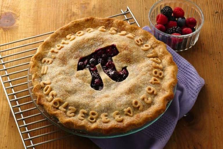"""No Dia do Pi, tortas fazem sucesso; em inglês, """"pi"""" e a palavra """"pie"""" (""""torta"""") têm o mesmo som, o que está por trás do costume de comer tortas recheadas com frutas no Dia do Pi.  A tradição das tortas foi iniciada pelo idealizador do dia comemorativo, o físico americano Larry Shaw (1939-2017), que trabalhava no Exploratorium, um museu de San Francisco, em 1988."""