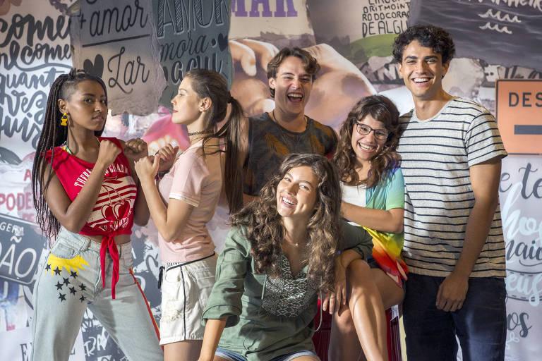 Jaqueline (Gabz), Anjinha (Caroline Dallarosa), Thiago (Danilo Maia).  Rita (Alanis Guillen),  Raíssa (Dora de Assis) e Guga (Pedro Alves)