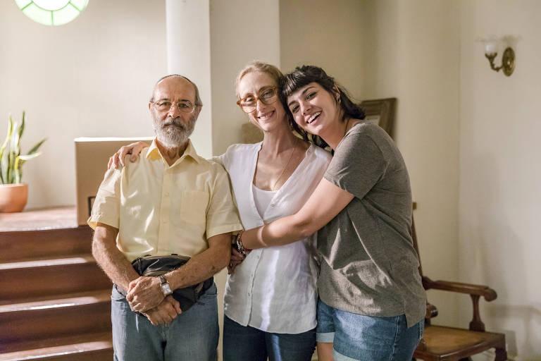 O encontro de palestinos e judeus na plural Vila Mariana. Sara (Verônica Debom) e Eva (Betty Goffman) e Bóris (Osmar Prado)