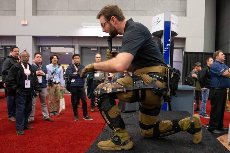 Gavin Barnes, da Exoskeleton Technologies,mostra protótipo de exoesqueleto durante o SXSW, em Austin (Texas)