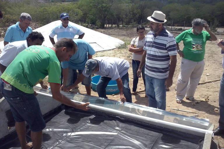 Membros da comunidade de Campina Grande participam da construção dos dessalinizadadores solares, tecnologia social premiada pela Fundação Banco de Brasil - Divulgação Fundação Banco do Brasil