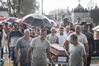 Sepultamento do jovem Kaio Lucas da Costa Limeira, 17 (uma das vitimas do massacre na escola)  no Cemiterio Sao Sebastiao
