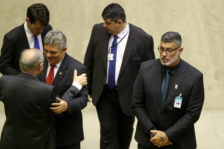 Alexandre Frota  ao lado de deputados que trocam abraços