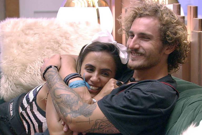 Alan e Carolina trocam carinhos na sala e 'sister' diz: 'Como ele tá lindo'