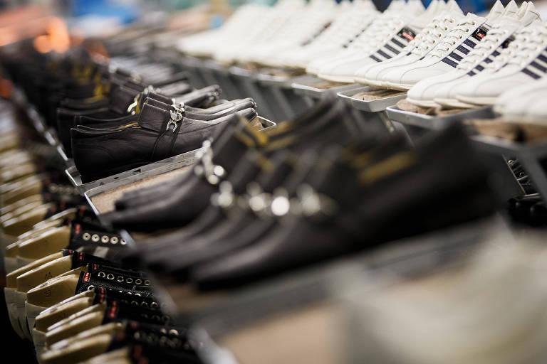 Calçados enfileirados em fábrica da Di Pollini
