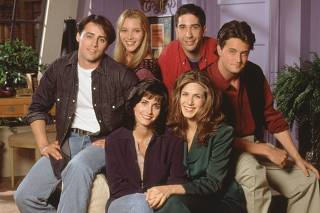 CAST OF TELEVISION SERIES FRIENDS IN UNDATED PUBLICITY PHOTOGRAPH FROM PILOT EPISODE