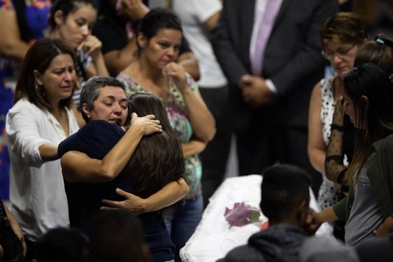 Vítimas do massacre em colégio são veladas e enterradas em Suzano, Grande SP