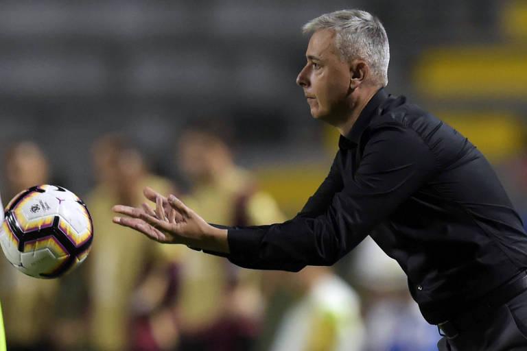 Técnico Tiago Nunes durante partida pelo Athletico-PR na Libertadores