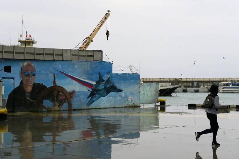 Mural em Ialta (Crimeia) retrata o presidente russo, Vladimir Putin, como marinheiro