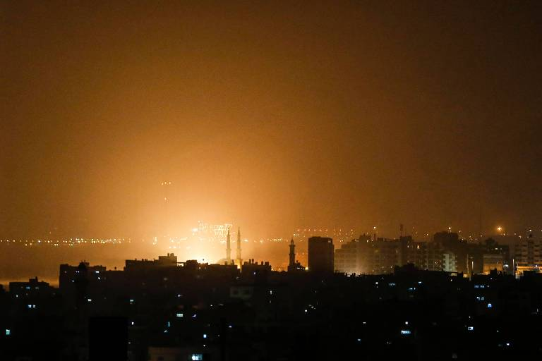 Explosão é vista na cidade de Gaza durante o ataque aéreo israelense