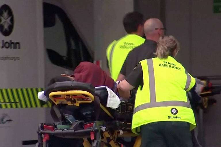 Serviço de emergência carrega pessoa ferida no ataque em Christchurch