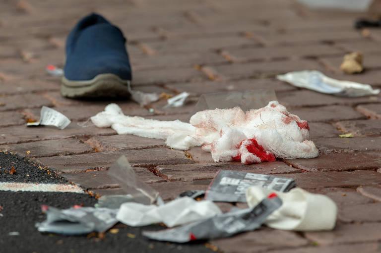 Bandagens com sangue em rua próxima à mesquita Al Noor, na região central da cidade