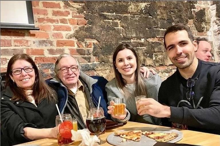 O escritor Olavo de Carvalho e sua mulher, Roxane, brindam com Caroline e Emer