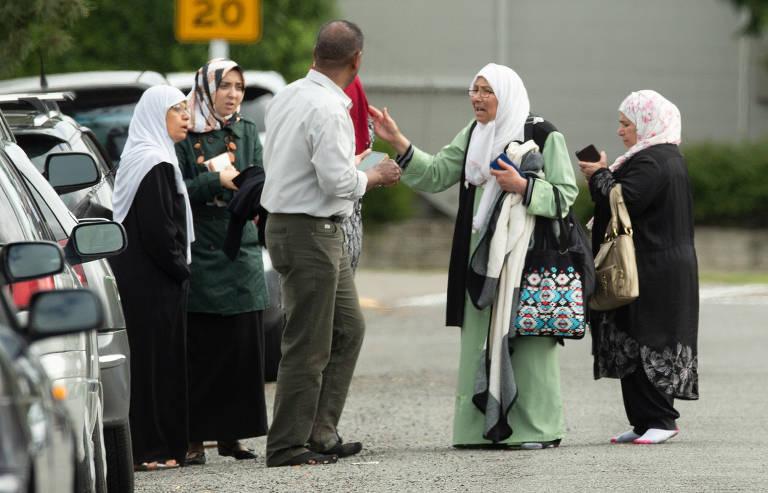 Grupo de mulheres perto da mesquita onde ocorreu o ataque