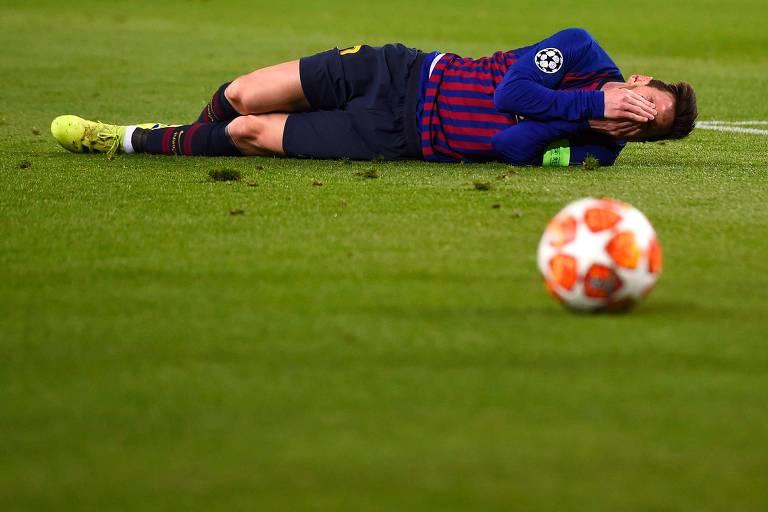 Lionel Messi cai durante partida contra o Lyon nas oitavas da Champions