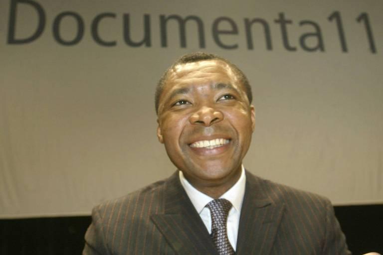 O nigeriano Okwui Enwezor, curador-geral da 11ª edição da mostra Documeta de Kassel, em registro de 2002