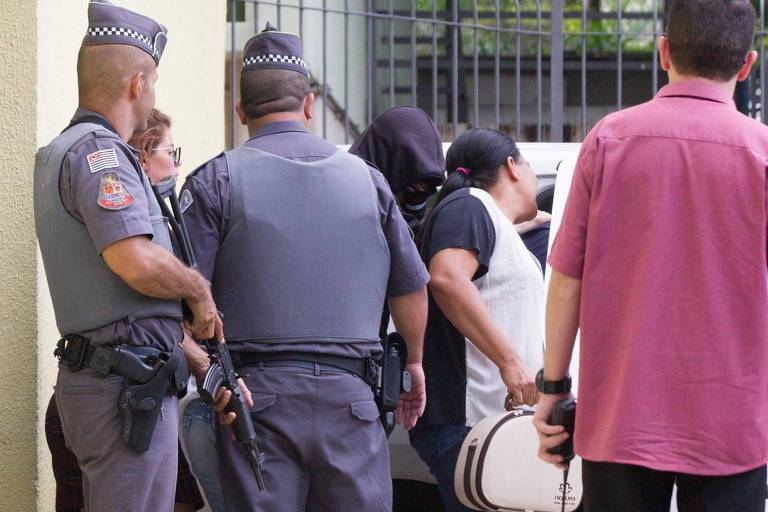O terceiro suspeito (de capuz preto) de participar do planejamento do ataque a tiros na escola Raul Brasil deixa o Fórum de Suzano (Grande SP)