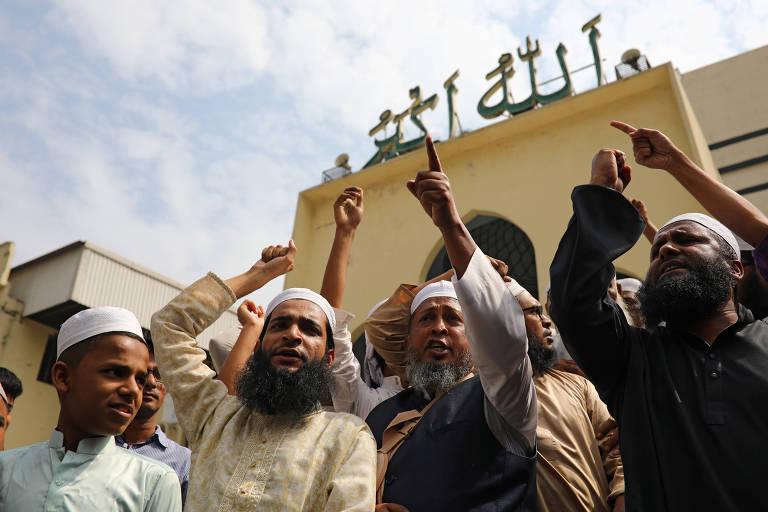 Muçulmanos gritam palavras de ordem condenando o ataque à mesquita de Christchurch, na Nova Zelândia