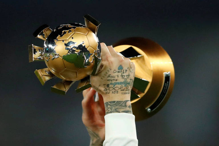 Sergio Ramos ergue o troféu do Mundial de Clubes de 2018, vencido pelo Real Madrid (ESP)