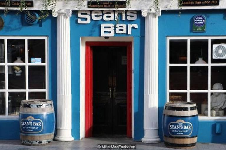 Fachada de bar na cor azul, com janelas brancas
