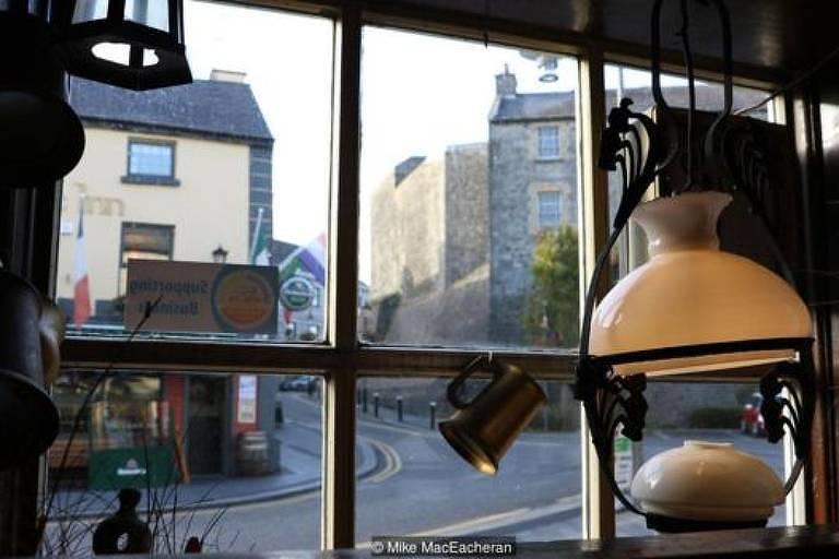 Janela de vidro com vista para rua em cidade europeia