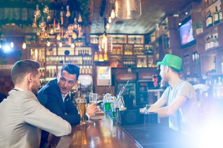 Clientes em balcão de bar