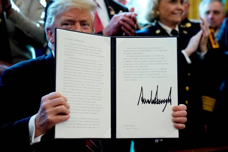O presidente americano Donald Trump exibe documento com seu veto no Salão Oval da Casa Branca