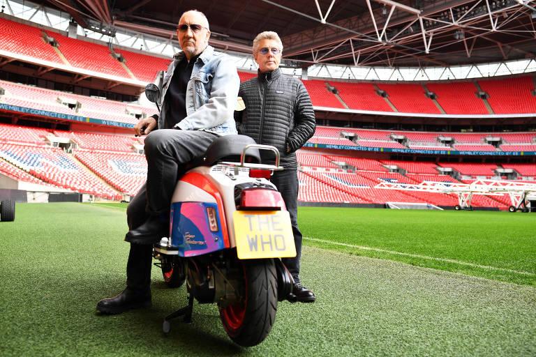 Pete Townshend (à esq.) e Roger Daltrey, da banda britânica The Who, posam para foto no estádio de Wembley, em Londres