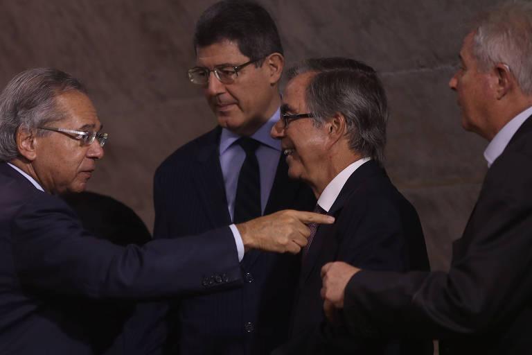 Da esq. para dir., ministro Paulo Guedes (apontando o dedo); Joaquim Levy; e o economista Carlos Langoni (centro)