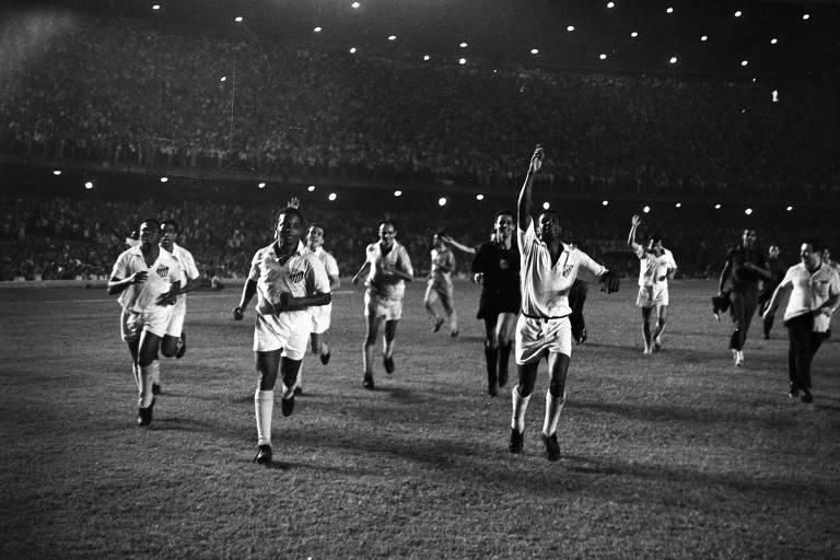 Santos comemora vitória contra o Milan no Maracanã no Mundial de Clubes de 1963