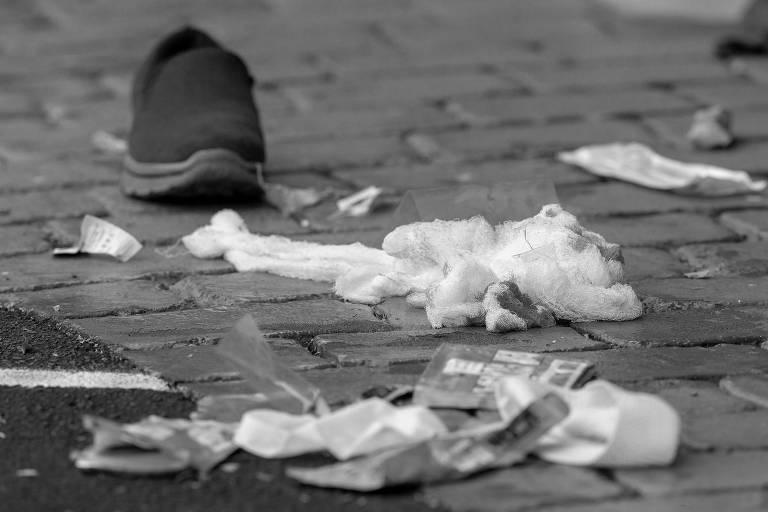 Bandagens com sangue em rua próxima à mesquita Al Noor, na cidade de Christchurch