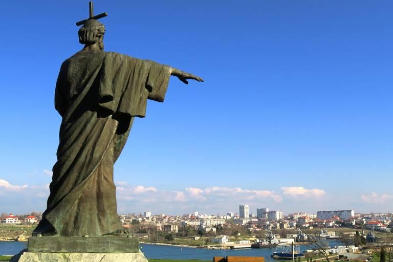 Estátua de são Vladimir, fundador da Igreja Ortodoxa Russa, à frente de porto de reparo de navios de guerra em Sebastopol.