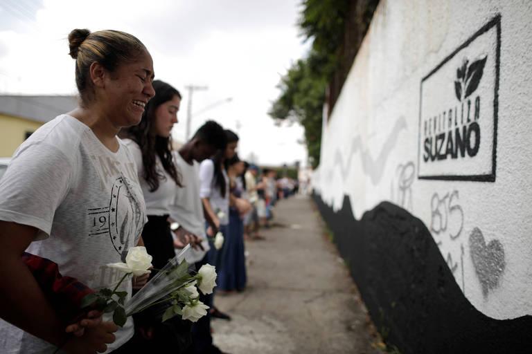 Voluntários dão abraço simbólico na escola Raul Brasil, em Suzano (Grande SP)