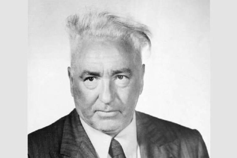 Wilhelm Reich grisalho, com terno e gravata
