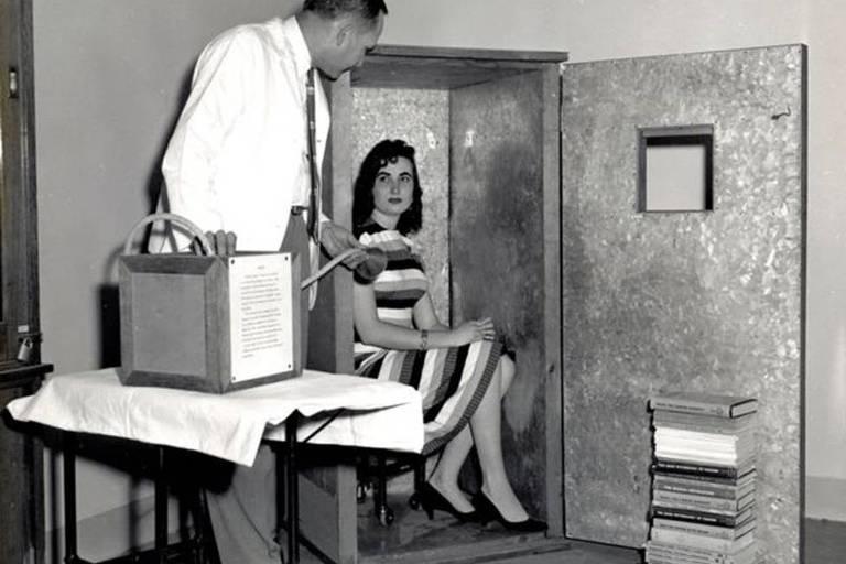 Mulher sentada dentro do acumulado de orgone