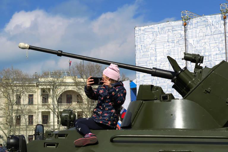 Criança tira foto em cima de blindado em Sebastopol