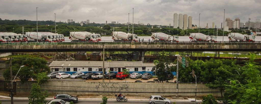 Testes de carga no viaduto da marginal Pinheiros com 45 caminhões  neste sábado (16)